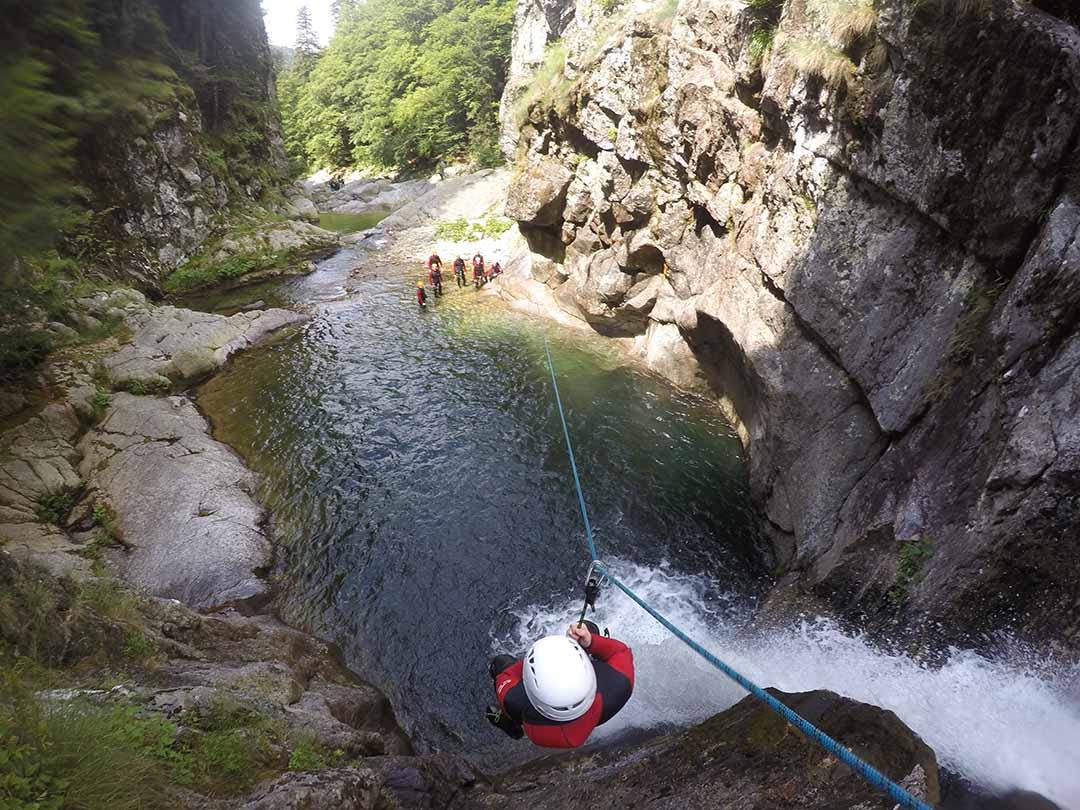 départ de la tyrolienne dans le canyon de la borne en Ardèche