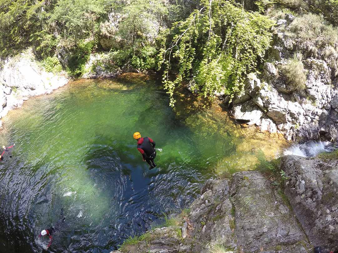 jolie saut dans la belle eau du canyon de la borne en ardèche
