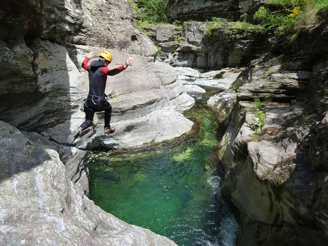 saut dans le canyon du Roujanel en Ardèche sous le beau soleil de juin