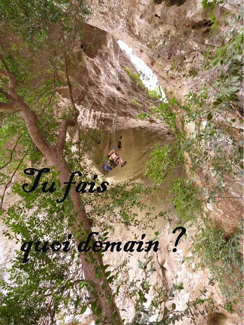 Rappel de 45 mètres à côté du pont d'Arc en Ardèche dans les Gorges de l'Ardèche
