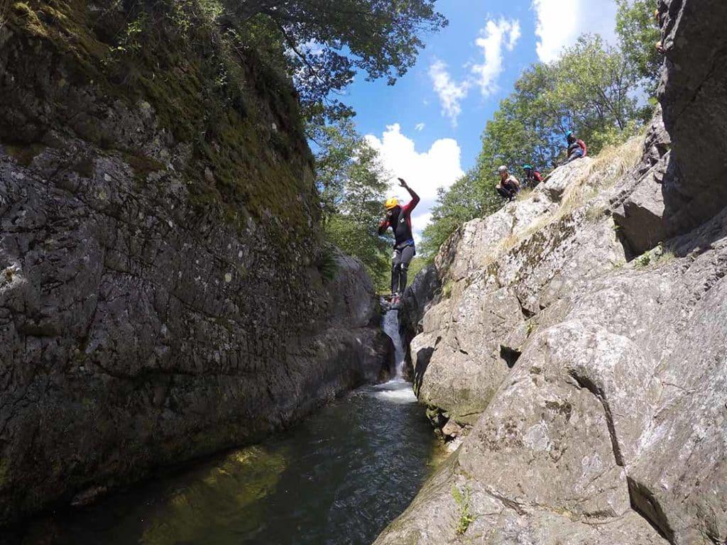 jolie saut dans le canyon de la haute ardèche avec yohanna monitrice de canyon