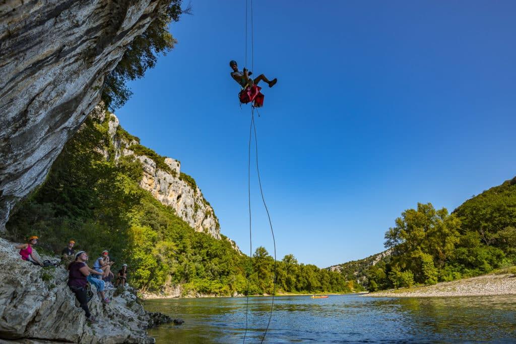photo d'un rappel au dessus de la rivière Ardèche, sur la commune de Vallon Pont d'Arc
