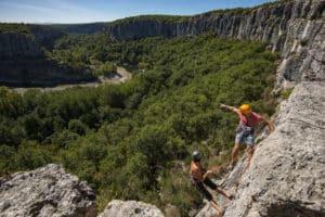 Escalade au cirque de gens en Ardèche avec deux grimpeurs