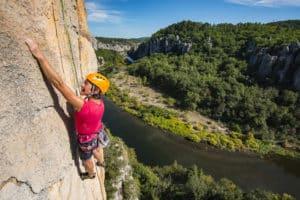 Escalade au dessus du Chassezac en Ardèche
