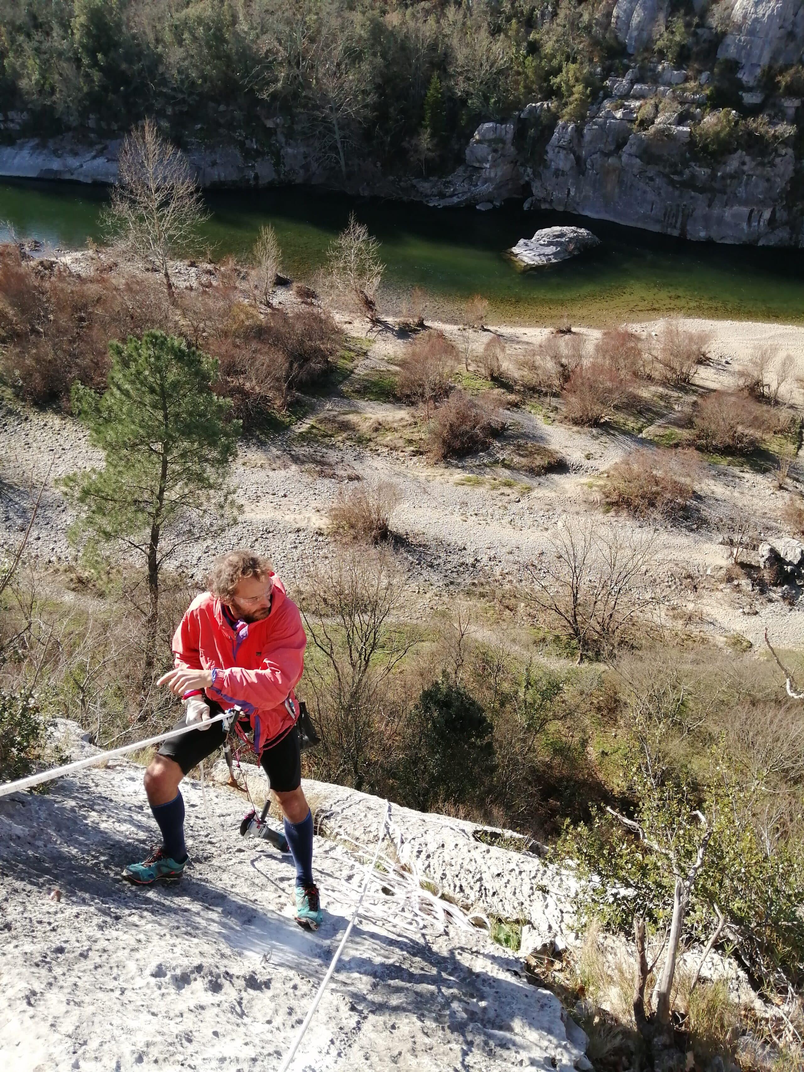 fabrique qui cherche sa prochaine victime sur la falaise de mazet en Ardèche